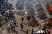 방역 푼 인도, 지옥이 따로 없어.노천서 불타는 시신들