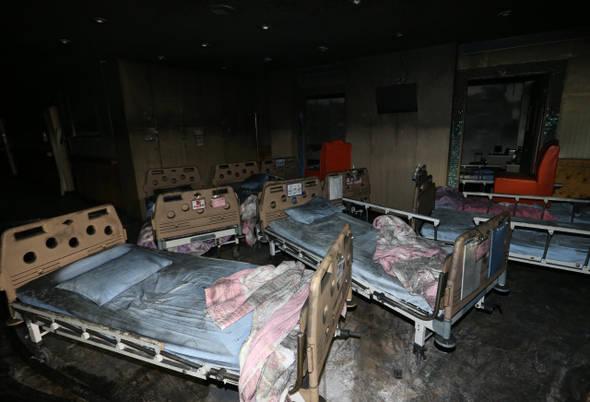 5월28일 새벽 발생한 화재로 환자 등 21명이 숨진 전남 장성군 삼계면 효실천사랑나눔요양병원 별관 병동이 화염에 검게 그을려 있다.