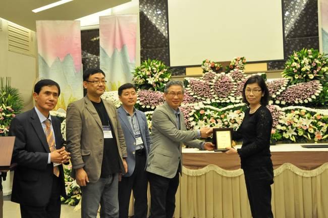 대만장례협회에게 감사패를 전달하는 유재승 공원묘원협회 회장과 여타 기관장들