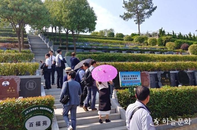 중국의 대형 공원묘원 정연하게 마련된묘지들(2018.6)