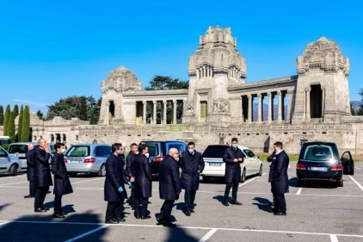 이탈리아 장의사 수십명이 롬바르디아주 베르가모시 기념 묘지 주차장에서 15일(현지시간) 화장 순서를<br> 기다리고 있다. 베르가모(이탈리아) AP 연합뉴스