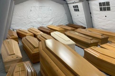 천막에 임시로 안치된 이탈리아 코로나19 사망자 관 (연합뉴스)